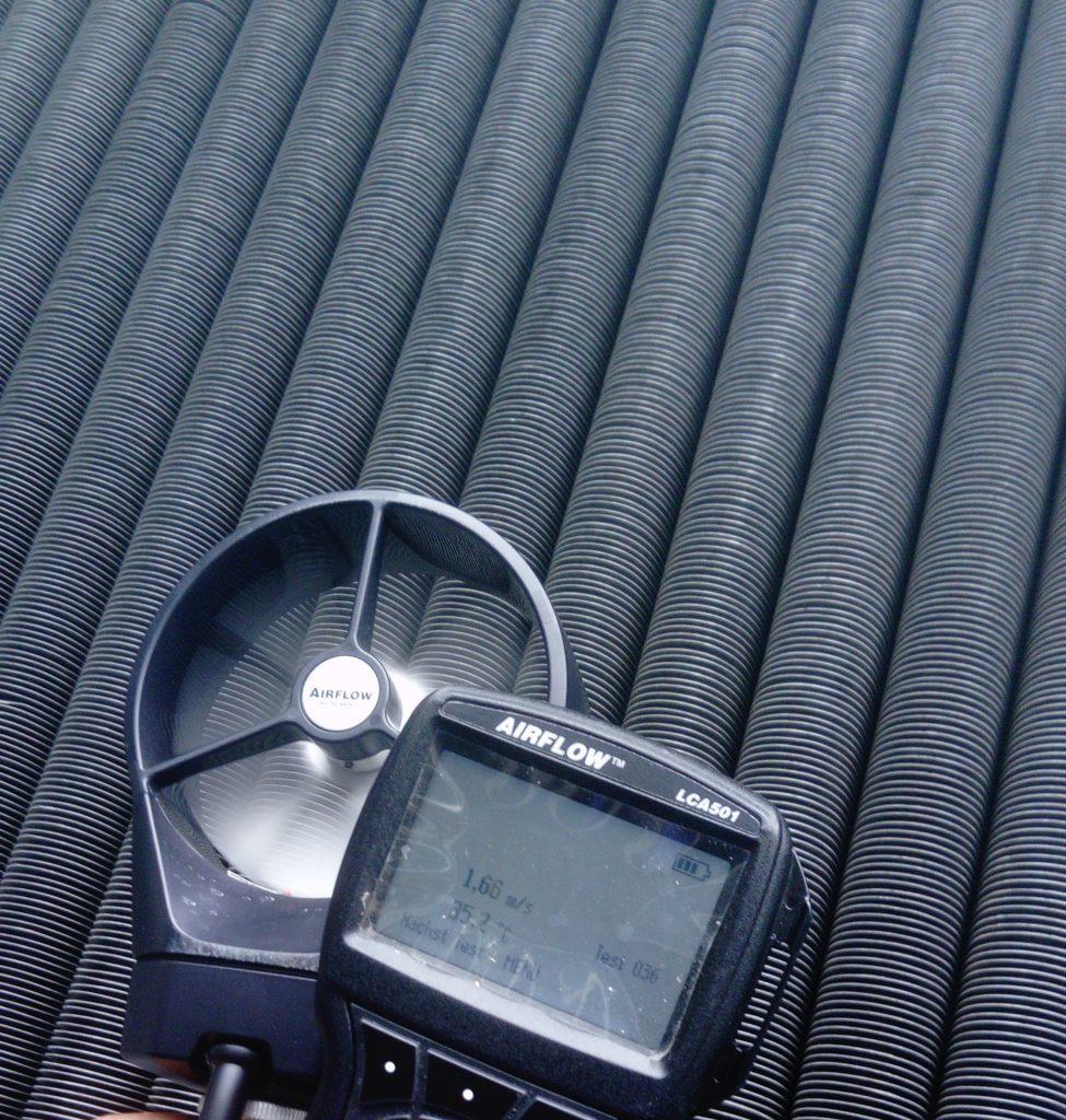 Bild: Verschmutzte Rippenrohre mit Messung Vorheriger Wert: 1,66m/s Luftstrom